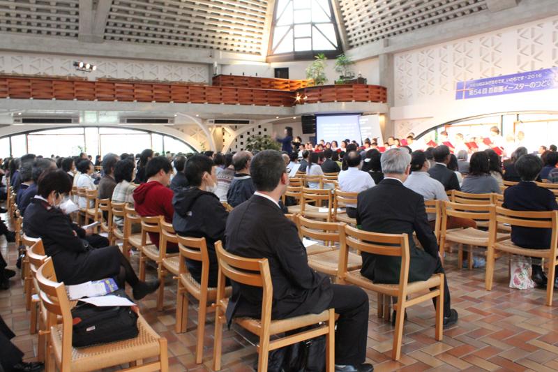 連合聖歌隊のリードで賛美する参加者たち=10日、東京都新宿区のウェスレアン・ホーリネス教団淀橋教会で