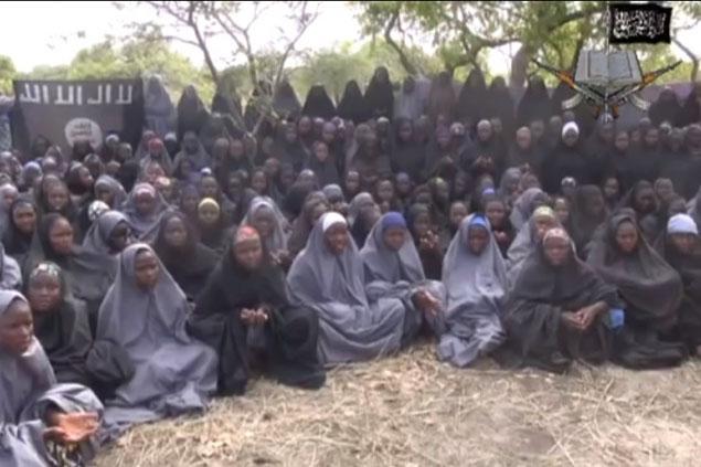 2014年にイスラム過激派組織「ボコ・ハラム」によって拉致されたナイジェリアの女子生徒たち。イスラム教の女性衣服「ヒジャブ」を着用させられている。