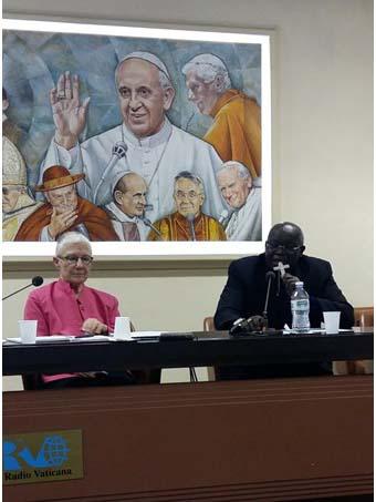 非暴力の新たな枠組みを呼び掛ける記者会見に臨むウガンダ北部の県グルのオダマ大司教と、パックス・クリスティ・インターナショナルのマリー・デニス共同会長(写真:RV)
