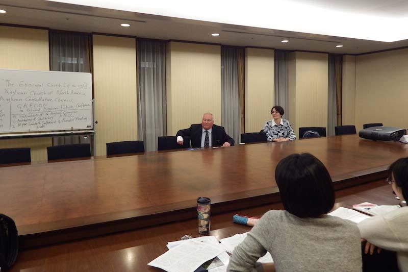 講演するケヴィン・ワード氏(写真奥中央)=11日、東京都豊島区の立教大学池袋キャンパスで