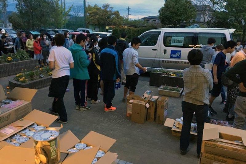 日本国際飢餓対策機構のスタッフが現地入りし、食料支援がない被災者に食料を配布した=16日、熊本県熊本市西区で(写真:日本国際飢餓対策機構提供)