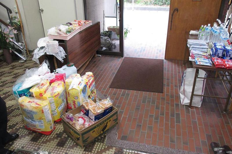 教会の玄関前には、ひっきりなしに人々が訪れ、物資を受け取っているという(写真:久保木聡牧師提供)