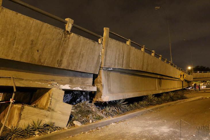 大地震で崩れた、エクアドル最大の都市グアヤキルにある橋(写:AgenciaAndes)