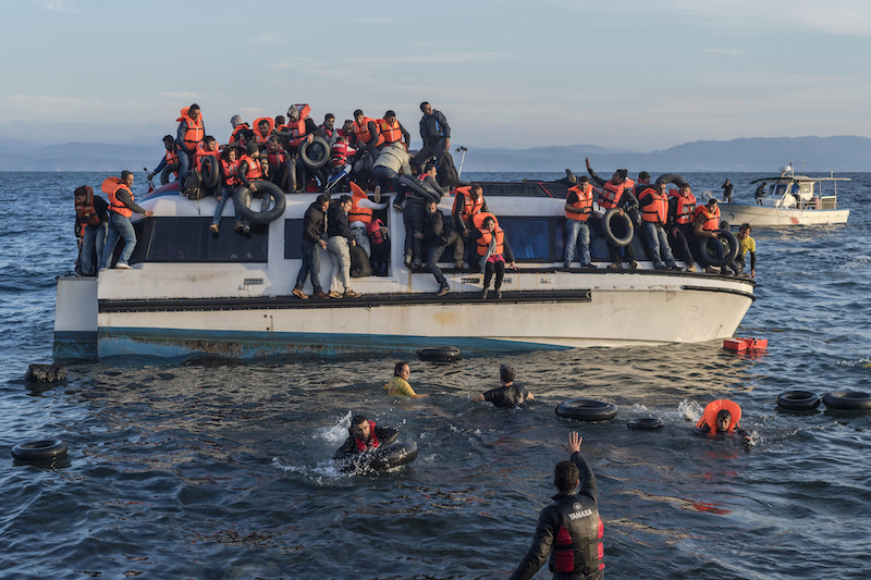 トルコからギリシャのレスボス島へ船を降りるシリアやイラクの難民や移民たち=2015年10月30日(写真:Ggia)