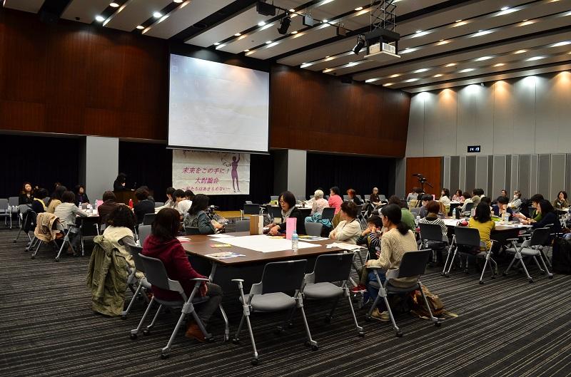 女性ばかり約90人が集まった=15日、東京都千代田区の参議院議員会館で