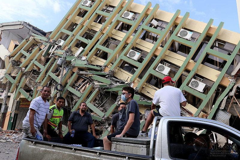 エクアドル西部マナビ県の県都ポルトビエホで、地震により倒壊した建物とボランティアたち(写真:Andes / César Muñoz)