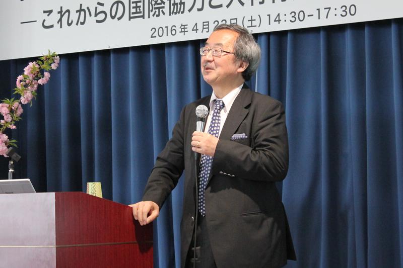 基調講演を行うフォーリン・プレスセンター(FPCJ)理事長の赤阪清隆氏=23日、東京都千代田区の上智大学で