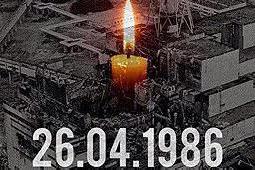 26日付のウクライナ宗教情報サービス(RISU)に掲載された、1986年4月26日の日付とろうそくの映像が重ねられたチェルノブイリ原発の写真