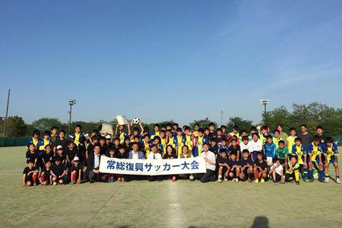 記念写真に収まる「常総復興サッカー大会」の参加者たち=5日、茨城県常総市で(写真:常総復興を支える会提供)