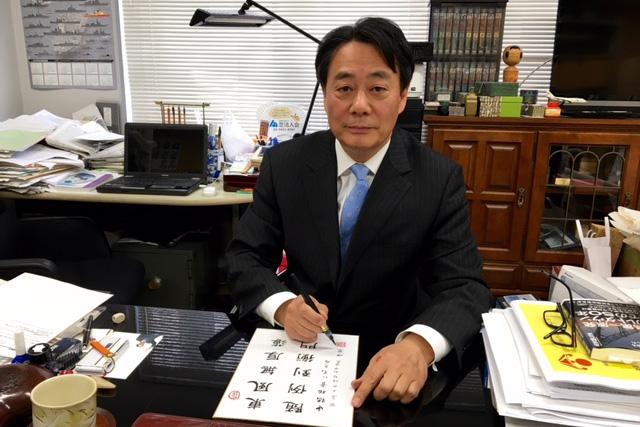 漢詩にさまざまな思いや願いをつづる海江田万里氏。中国語を学び、広い視野で世界を分析する国際人でもある=3月、東京・四谷の事務所内にて