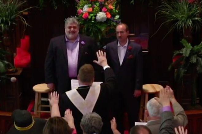 米国の合同メソジスト教会の男性長老が同性のパートナーと結婚したことを受け、教団内の福音派の指導者が長老資格の停止を呼び掛けている。(画像:Reconciling Ministries Network / YouTube)