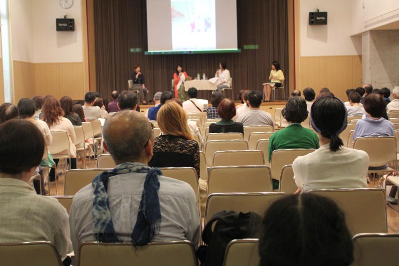 Yukariさんと棚澤明子さんの話に耳を傾ける参加者たち=7日、聖イグナチオ教会(東京都千代田区)で