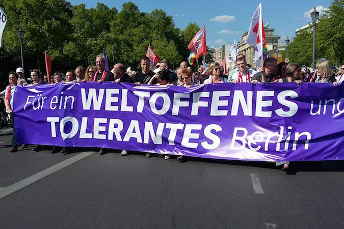 ドイツ語で「開かれた寛容なベルリンのために」と書かれた横断幕を掲げるデモの参加者たち(写真:Stephen Brown)