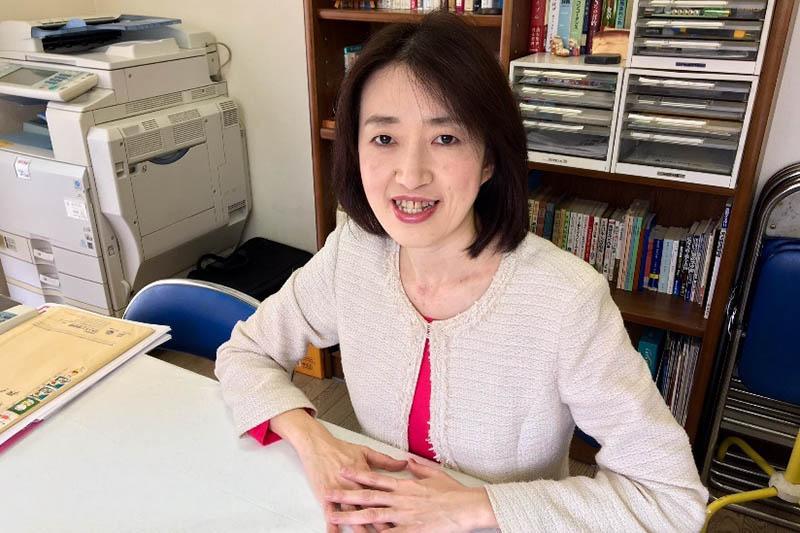 本紙のインタビューに応じる山川百合子氏=2016年、埼玉県草加市の事務所で