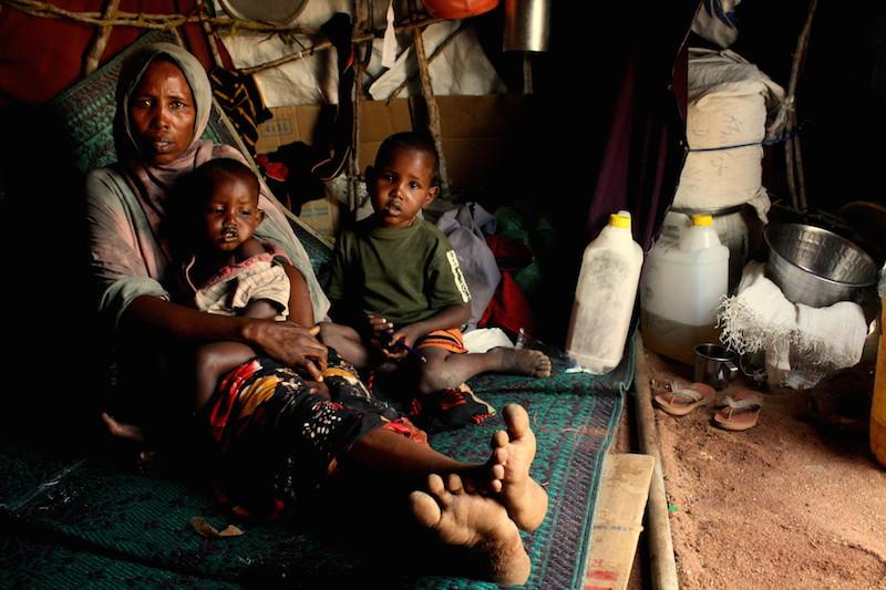 ケニア北東部のダダーブにある難民キャンプに到着した家族(2012年6月9日撮影、写真:Oxfam East Africa)