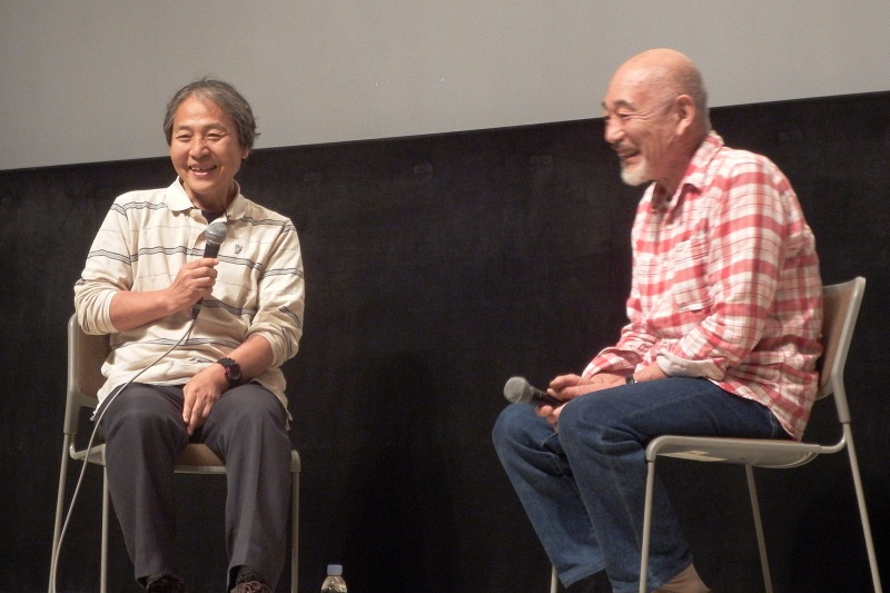 映画上映後に登壇した関野吉晴氏(写真左)と本橋成一監督(同右)。本橋監督が明かすほのぼのとした撮影の裏話に、会場は温かい笑いに包まれた=7日、神奈川県鎌倉市の鎌倉生涯学習センターホールきららで