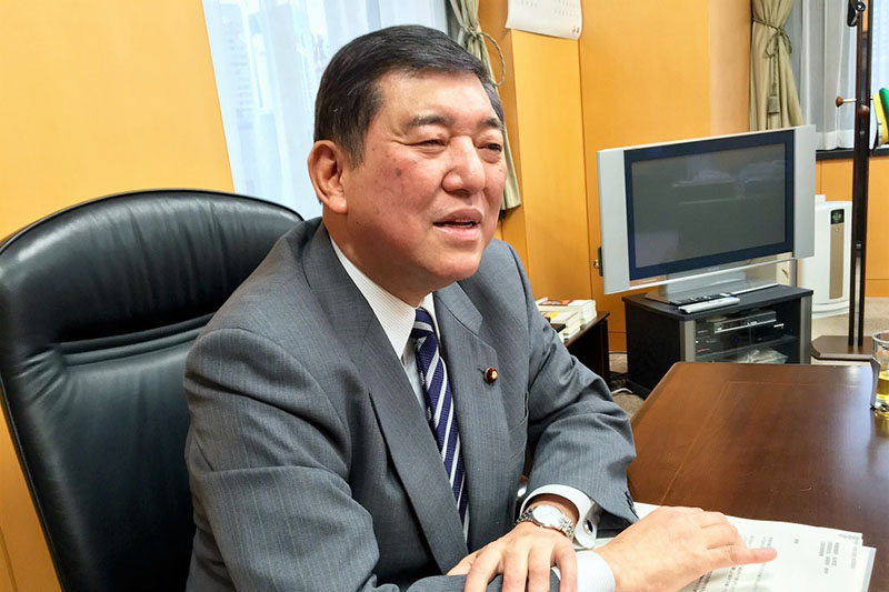 本紙のインタビューに応じる石破茂氏=2016年、内閣府大臣室で