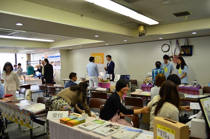 会場には、キリスト教関連の企業、学校、グループなど約30団体のブースが並んだ。午前中から多くの人で賑わった=5月28日、東京都千代田区のお茶の水クリスチャンセンターで