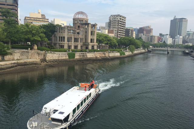 原爆ドームと元安橋=5月28日、広島市で