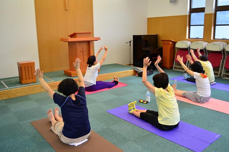 各々のヨガマットを敷いて、自分のペースでゆったりとヨガを楽しむ様子は、ここが「休息の場」であることを感じさせる=埼玉県の戸田福音自由教会で