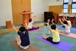 十字架を見上げながら、ヨガ教室はいかが? 埼玉・戸田福音自由教会
