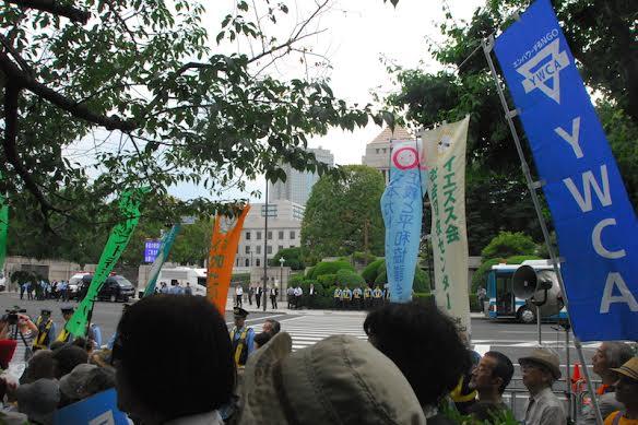 「平和を実現するキリスト者ネット」(キリスト者平和ネット)や「日本カトリック正義と平和協議会」など、キリスト教団体の幟も多く見られた=5日、国会正面で