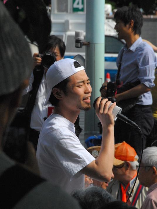 国会正門前などで行われた「明日を決めるのは私たち―6・5全国総がかり大行動」で演説を行った、自由と民主主義のための学生緊急行動」(SEALDs)創立メンバーの奥田愛基氏=5日、国会正門前付近で