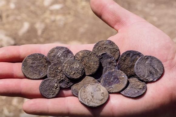 イスラエルで発見された紀元前約126年のものと推定される銀製の硬貨(写真:イスラエル考古学庁=IAA)