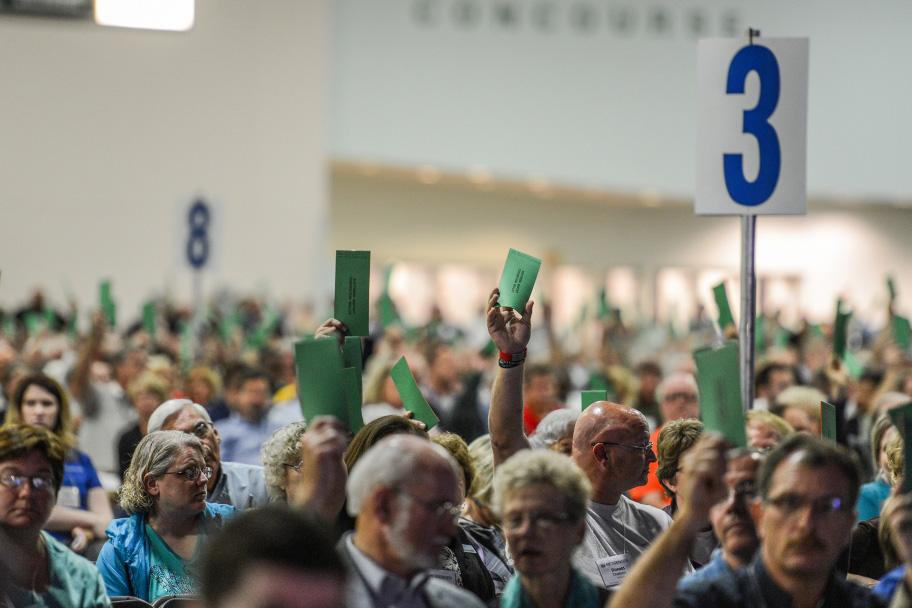 南部バプテスト連盟(SBC)の年次総会で、決議案に対し投票用紙を掲げて投票する代議員たち=16日、グレーター・コロンバス・コンベンション・センター(オハイオ州)で(写真:Paul W. Lee)