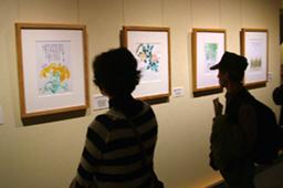 約130点の作品が並ぶ「花の詩画と書の世界 星野富弘・相田みつを展」で作品を見る人々=27日、相田みつを美術館(東京都千代田区)で