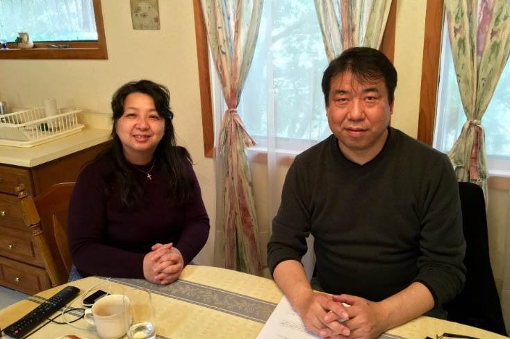 中澤竜生牧師(写真右)と牧師夫人の佳子(よしこ)氏=東京基督教大学ゲストルームにて
