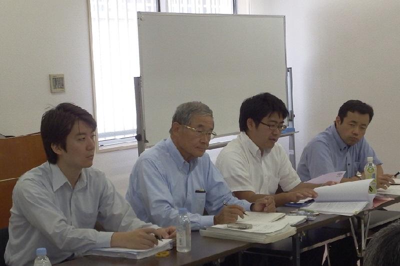 左から、沖陽介弁護士、「モルデカイの会」の加藤光一代表、齋藤大(まさる)弁護士、日本基督教団葦(あし)のかご教会の坂本兵部(ひょうぶ)牧師=20日、お茶の水クリスチャン・センター(東京都千代田区)で