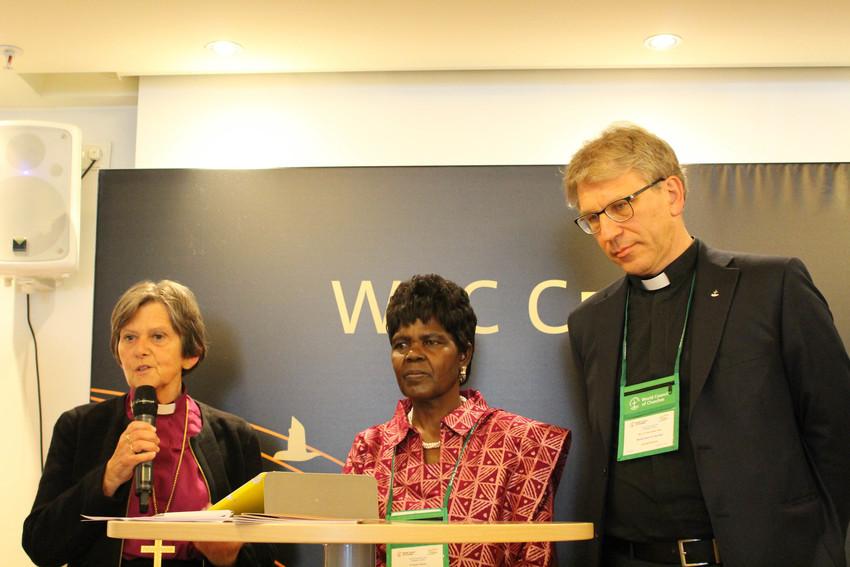 左から順に、ノルウェー国教会(ルーテル派)総監督のヘルガ・ハウゲランデ・ベイェフグリーエン監督、WCC中央委員会議長のアグネス・アブオム博士(ケニア聖公会)、WCC総幹事のオラフ・フィクセ・トヴェイト博士(写真:WCC)