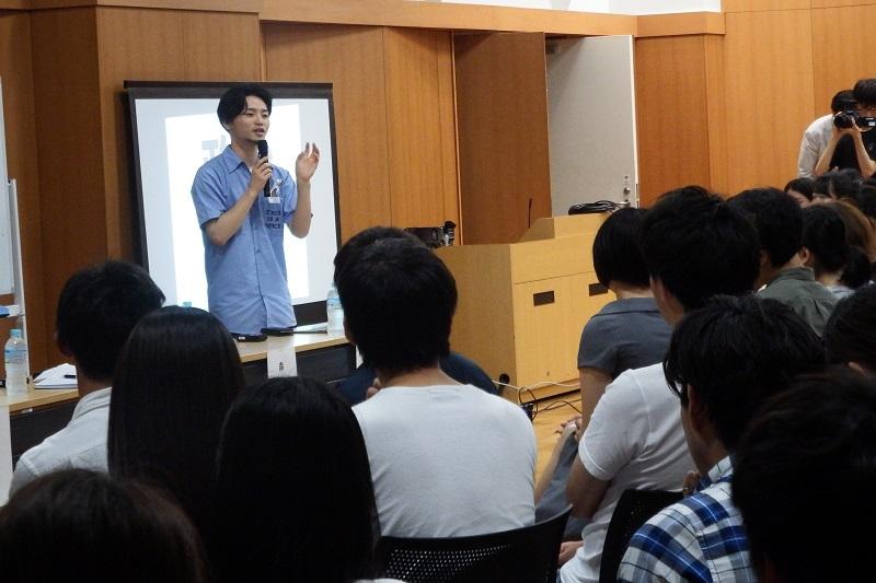 同世代の学生たちの前で、「これまでは若者に選挙のカルチャーがなかった。ゼロからカルチャーをつくらなければいけないのだから、難しいと感じるのは当然のこと」と話す「自由と民主主義のための学生緊急行動」(SEALDs)創立メンバーの奥田愛基(あき)さん=21日、青山学院アスタジオ(東京都渋谷区)で