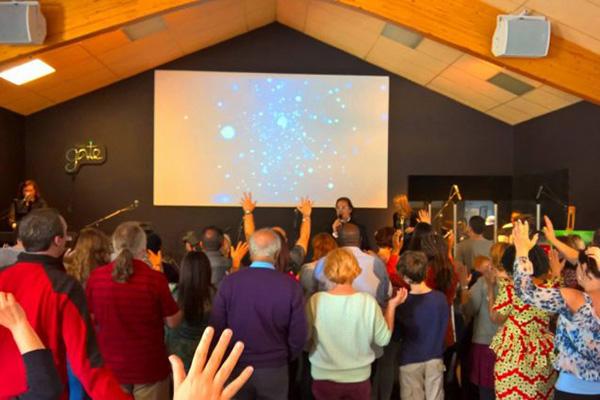 ゲート教会の集会に参加する人々。3週間で1200以上が救いや再献身に導かれたという。(写真:同教会のフェイスブックより)