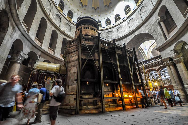 聖墳墓教会内にあるエディクラ。イエス・キリストの遺体が葬られた場所の上に建てられたと信じられている。(写真:Jlascar)