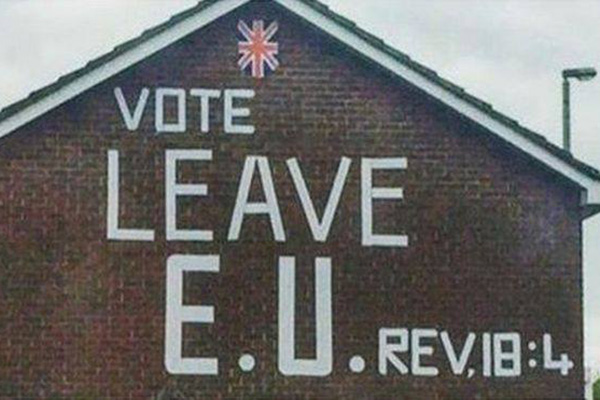 欧州連合(EU)からの離脱を呼び掛けるキャンペーンでは、聖句を引用するものもあった(写真:フェイスブック / Frank Witte)<br />