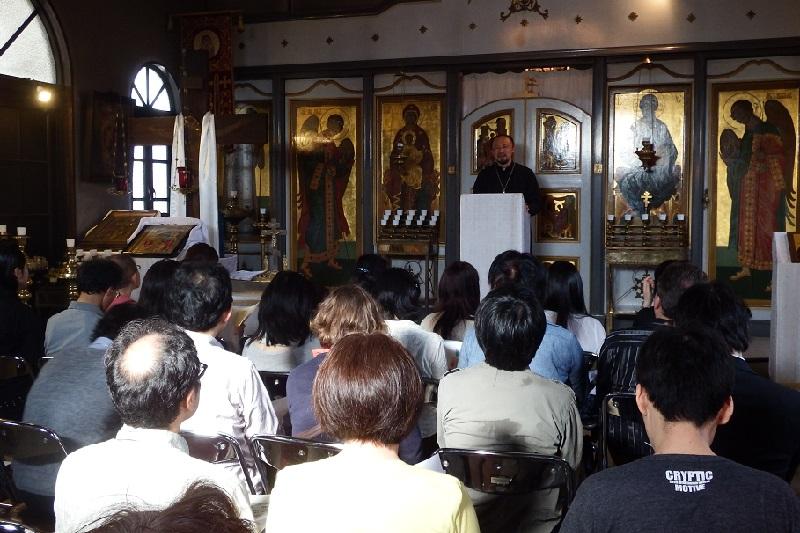 東方正教会の食文化について学ぶ「東方正教会 食の基礎・体験講座 復活大祭編」で、参加者に向けて講義するグリゴリイ水野宏神父=5月14日、横浜ハリストス正教会(横浜市神奈川区)で