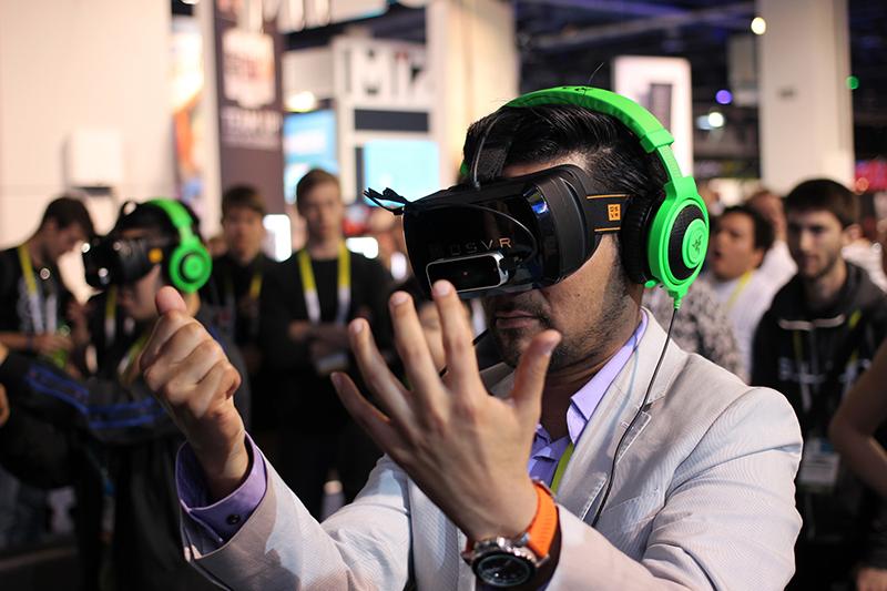 バーチャル・リアリティー(VR)技術を用いた製品を試す男性(写真:Maurizio Pesce)