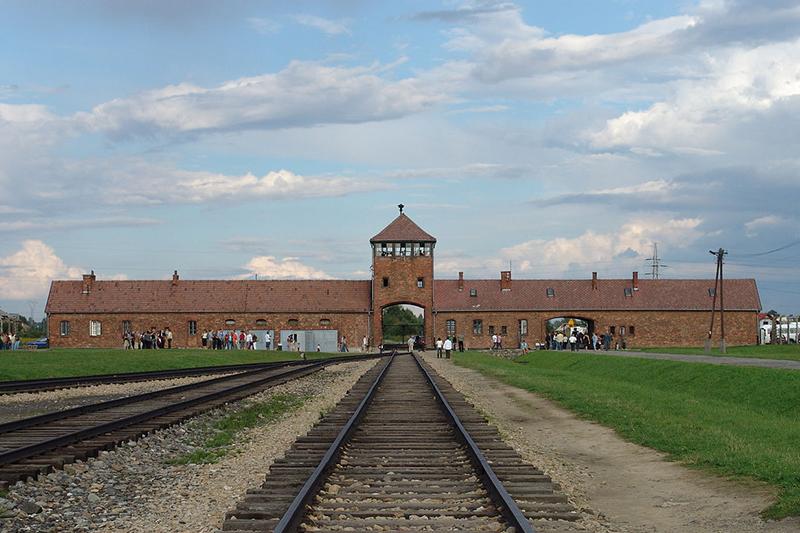 アウシュビッツ第2強制収容所(ビルケナウ)の鉄道引き込み線。「死の門」と呼ばれた強制収容所の入り口が見える。(写真:Michel Zacharz AKA Grippenn)<br />