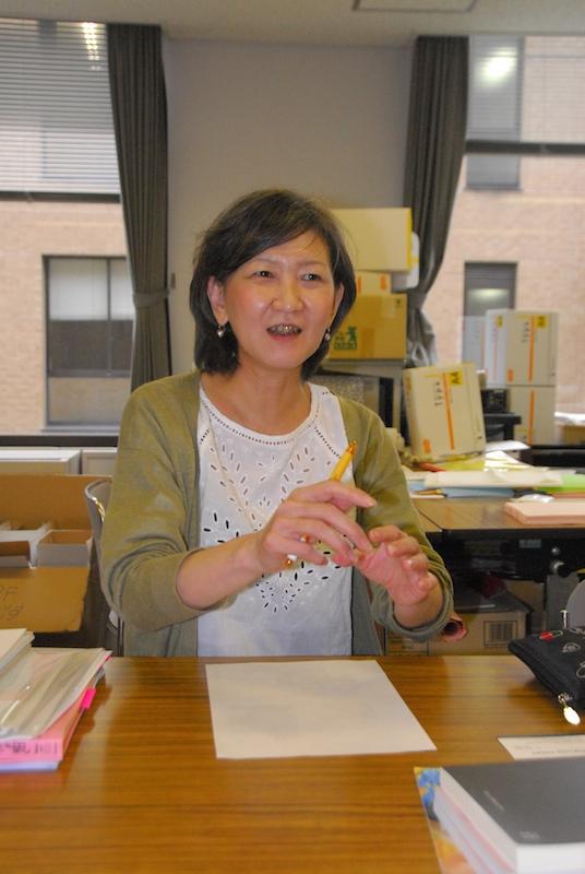 本紙とのインタビューに答えるクリスチャンの憲法学者、斉藤小百合氏(恵泉女学園大学教授)=6月24日、同大学で
