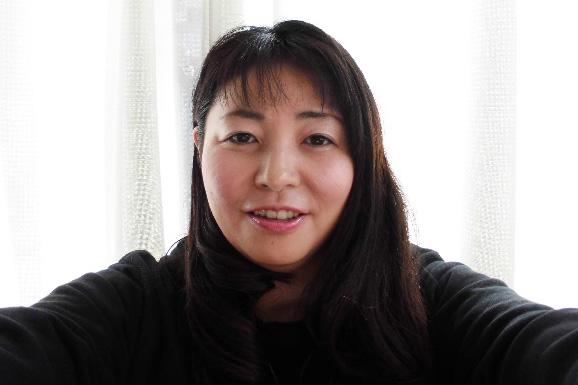 武蔵野ダルク女性ハウス代表の渡邊智子氏。将来に希望を持ってもらいたい、あなたも社会で共に生きることができると、強い信念と自らの体験をもって更生プログラムに全てをささげる=女性ハウス内にて(写真:渡邊智子氏提供)