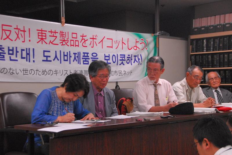 記者会見で発言する韓国の民衆(ミンジュン)神学者、金容福(キム・ヨンボク)博士(写真左から2人目)。左は通訳者、その右は左から順に、金容福博士を見守る「原発メーカー訴訟の会・本人訴訟団」代表の木村公一牧師(写真中央)、同会の崔勝久(チェ・ソング)事務局長、渡辺信夫会長=13日、東京・霞ヶ関の司法記者クラブで