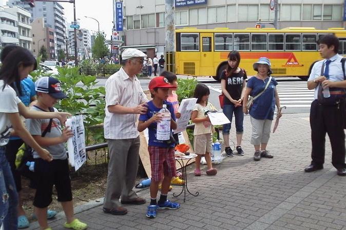 気温34度の猛暑の中、募金活動を行った子どもたち。2割が教会学校の子どもたち、あとの8割は地域の子どもたちが参加した=10日