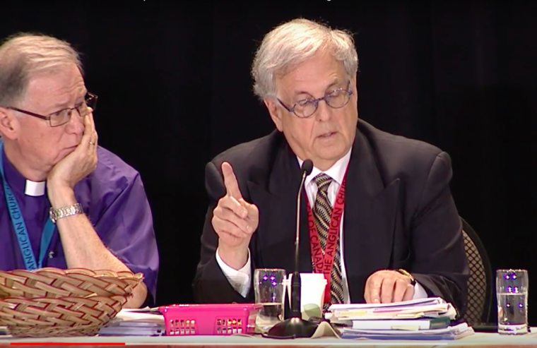 票の数え間違いに言及するカナダ聖公会の首座主教であるフレッド・ヒルツ大主教(写真左)とデビッド・ジョーンズ事務長(写真:General Synod ACC / YouTube)