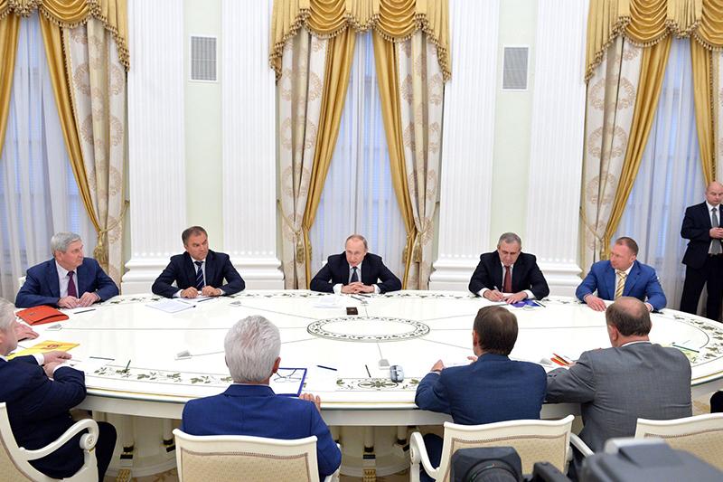 ロシアの各政党の党首らと会談するウラジミール・プーチン大統領(中央)=14日(写真:ロシア大統領府)