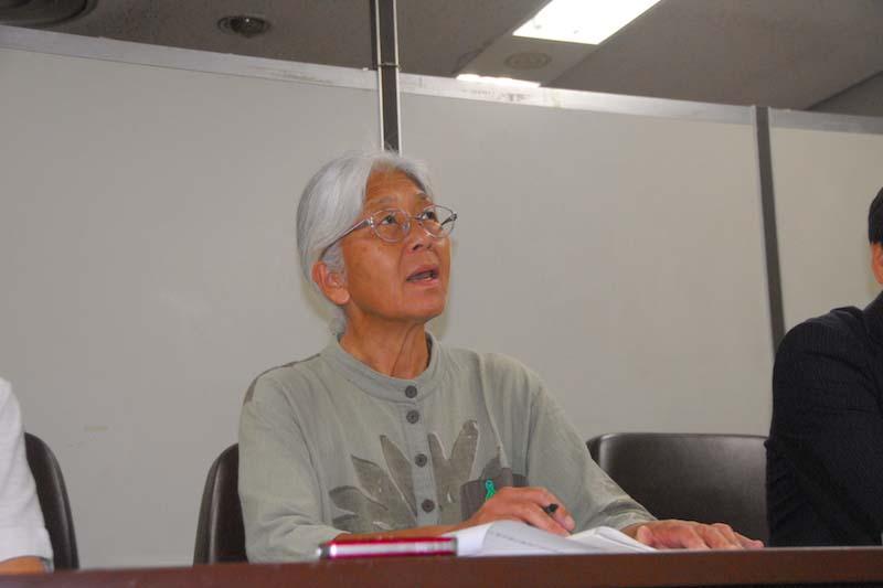 高裁判決後の思いを記者団に語る、原告でクリスチャンの岸田静枝さん=19日、東京・霞ヶ関の司法記者クラブで
