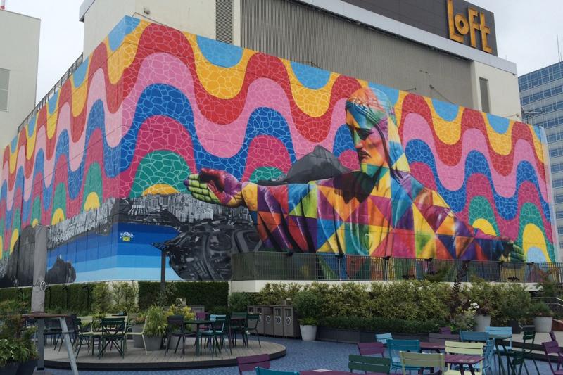 西武池袋本店に巨大キリスト像が出現 ブラジルの壁画アーティスト、エドゥアルド・コブラ氏が描く