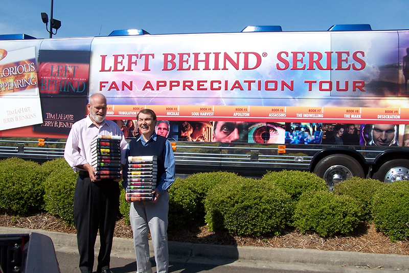 「レフト・ビハインド」シリーズの共著者であるジェリー・ジェンキンズ氏(左)とティム・ラヘイ氏(写真:ティム・ラヘイ・ミニストリーズ)