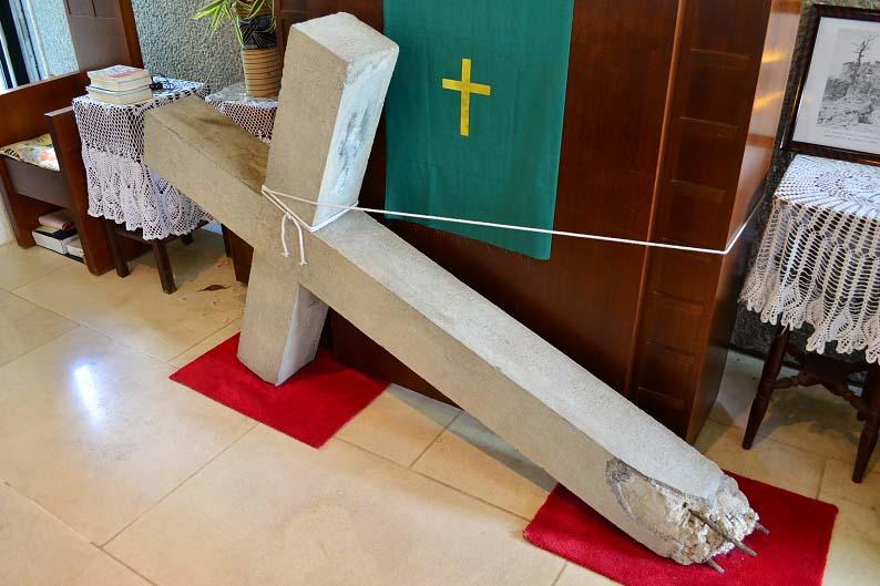 今も首里教会の講壇に残る沖縄戦当時の十字架。新会堂には、この十字架が使用される予定だ。